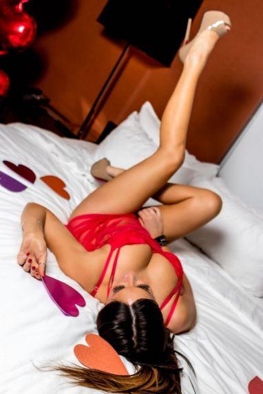 claudia-romani-at-valentine-s-themed-photoshoot-in-miami-february-2019-3