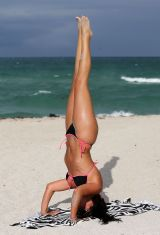 claudia-romani-hot-in-bikini-beach-in-miami-may-2015_4