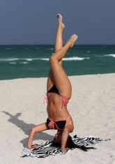 claudia-romani-hot-in-bikini-beach-in-miami-may-2015_5