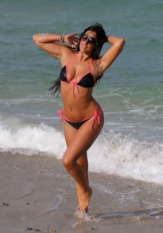 claudia-romani-hot-in-bikini-beach-in-miami-may-2015_6 (1)
